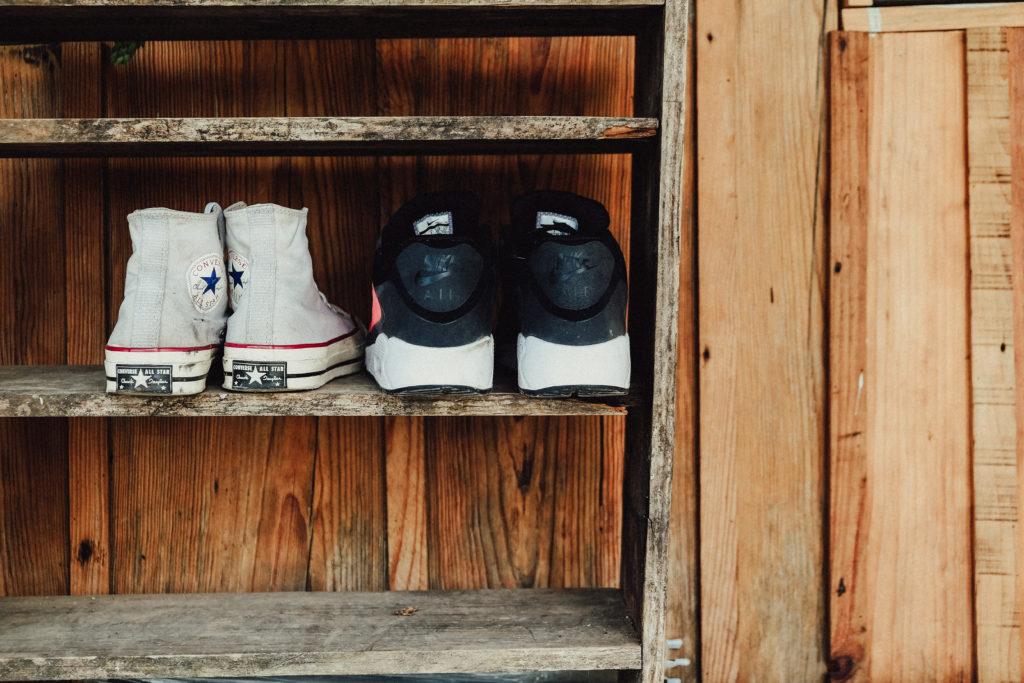 Warum Ihr keine Schuhe im Haus tragen solltet, Schuhregal sorgt für Ordnung