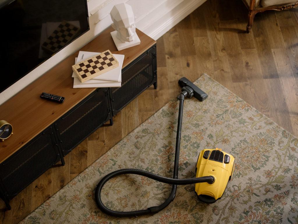 Warum Ihr keine Schuhe im Haus tragen solltet, weniger reinigen
