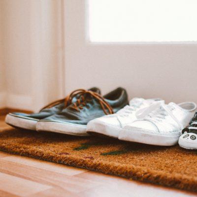 5 Gründe, warum Ihr keine Schuhe im Haus tragen