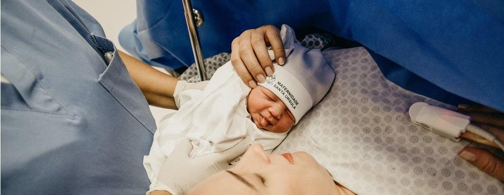 Kaiserschnitt: Beim Stillen helfen lassen vom Krankenhauspersonal