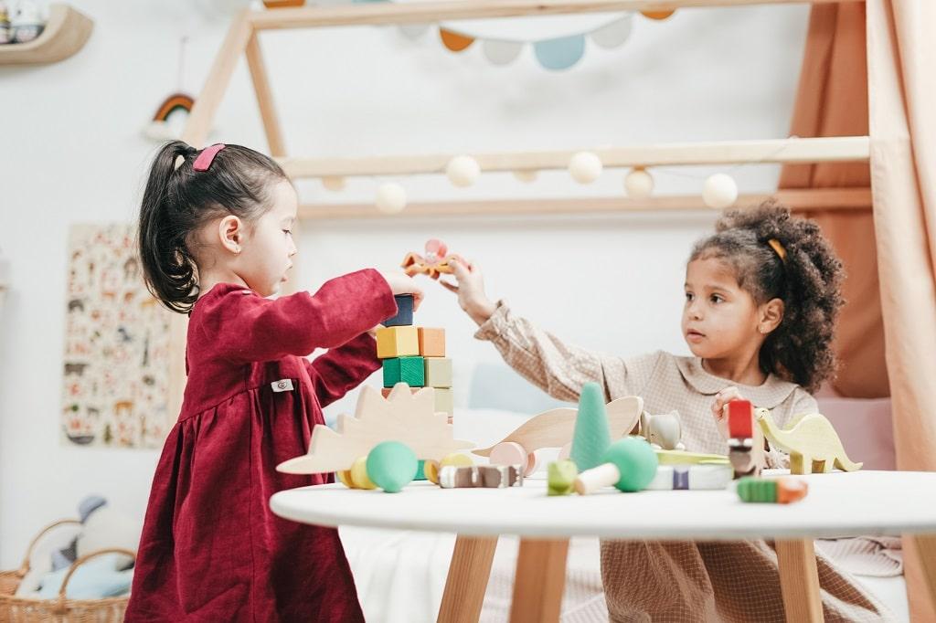 personalisierte Geschenke zur Geburt Kinder die mit Bausteinen spielen